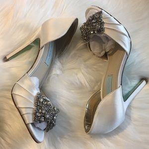 The perfect bridal shoe! Ivory w/ rhinestone bow!